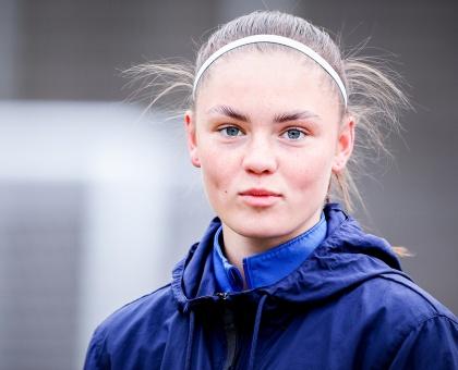 """Обложка к новости """"Анастасия Фетисова: «На футбольном поле ты не думаешь о растрёпанных волосах. Ты думаешь, как обороняться или забить гол»"""""""